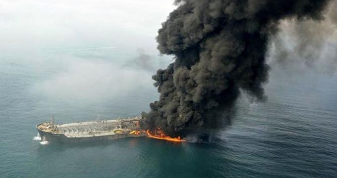 عملیات اطفای حریق نفتکش ایرانی صبح امروز از سر گرفته شد