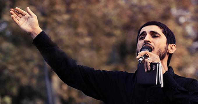 مداحی امیر عباسی کنار سردر دانشگاه تهران با شعار مرگ بر آمریکا +فیلم