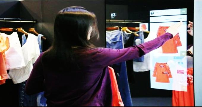 آینه هوشمند لباس مناسب را به مشتری پیشنهاد می کند