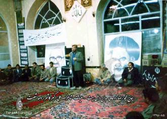 حاج اقای رسایی بهمراه یک دستگاه صدابرداری حرفه ای ( ریل) کنارمنبر مشغول صدابرداری هستندهیات شاهزاده علی اکبر کاشمردهه شصت