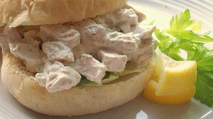 طرز تهیه ساندویج سالاد مرغ