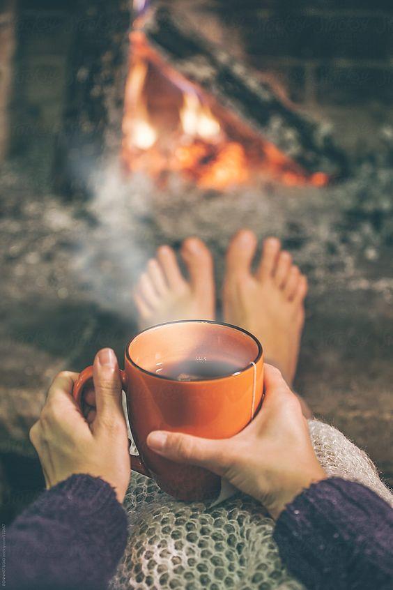 عکس فنجان چای در روز پاییزی کنار شومینه