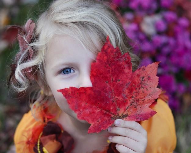 ژست عکس دخترانه با برگ پاییز برای پروفایل
