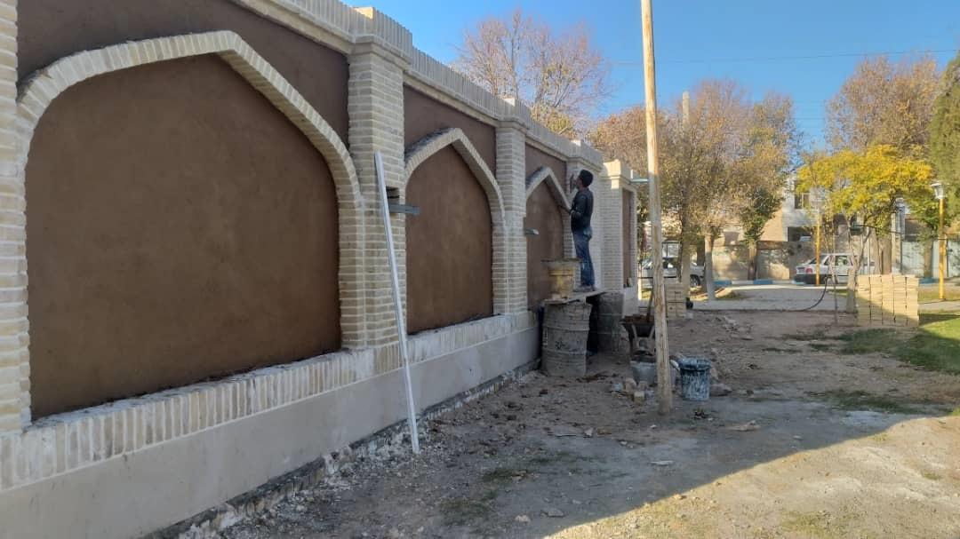 بازدید شهردار از روند عملیات نماکاری حمام قدیمی و تاریخی وزوان