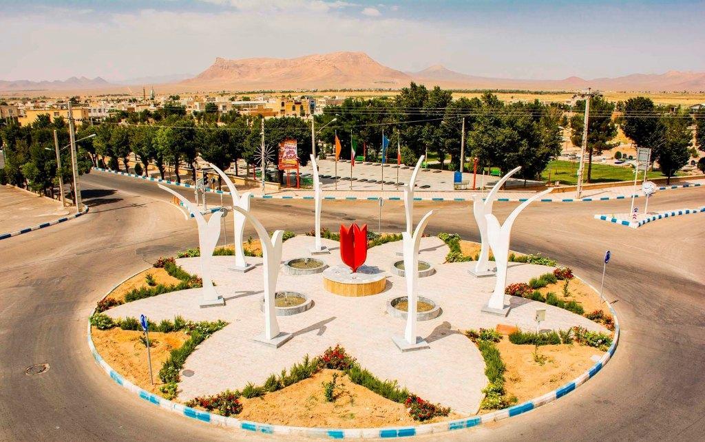 حسین صمیع: شهروزوان در میان بسیاری از شهرهای کم جمعیت کشور وبویژه استان اصفهان، یکی از آرام ترین، زیباترین، تمیزترین،پاکترین، خوش آب وهواترین ودارای امکانات نسبتا مناسب برای یک زندگی سالم وبی دغدغه درحال حاضر محسوب می گردد