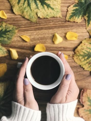عکس فنجان چایی داغ در پاییز برای استوری