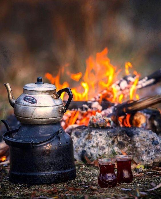 عکس کتری و فنجان چایی در پاییز برای استوری اینستاگرام
