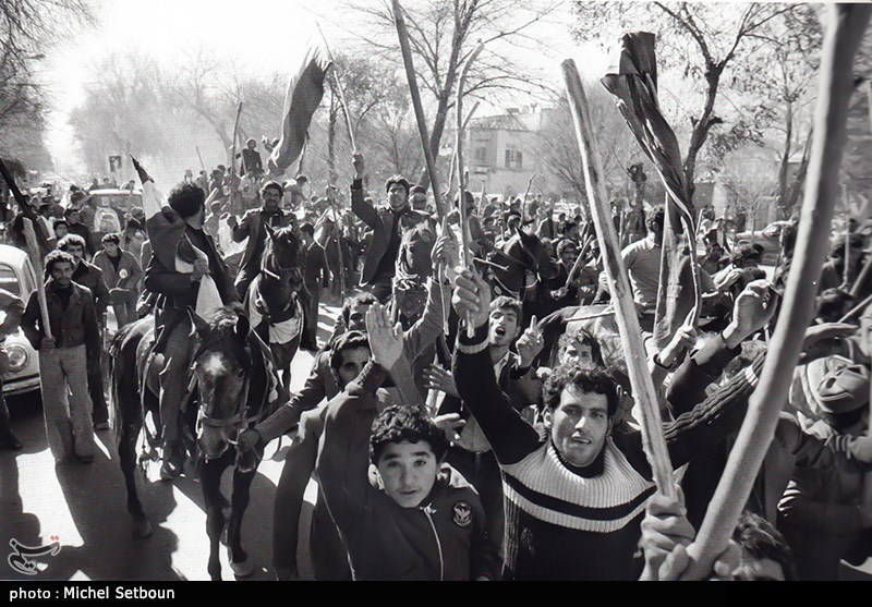 با آغاز پاییز سال 1357 مدارس و دانشگاهها به عنوان یکی از سنگرهای اصلی مبارزه با حکومت پهلوی، فعالیتهای سیاسی خود را پی گرفتند. در 10 آبان ماه دانشجویان دانشگاه تهران در مقابل سربازان، شعارهای «برادر ارتشی، چرا برادر کشی؟» و «ارتش برادر ماست» را سر دادند.