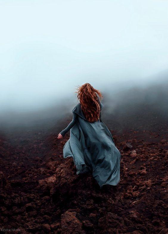 عکس دختر از پشت سر جدید در هوای ابری و مه