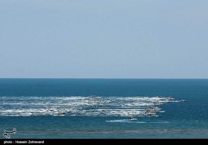 قایقهای تندرو سپاه با سرعت سرسامآور 30متر بر ثانیه (60 نات) در سطح آب حرکت میکنند