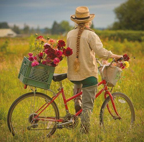 عکس دختر از پشت سر با موی بافته شده با دوچرخه