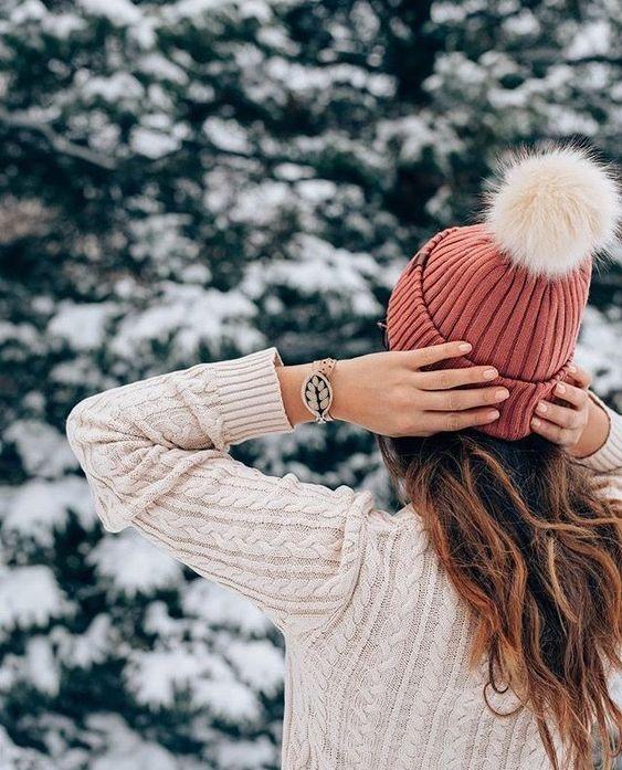 عکس دختر با کلاه از پشت سر در منظره برفی