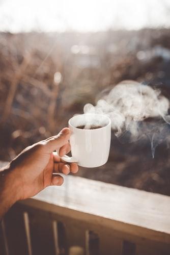 عکس فنجان چایی در فصل پاییز با کیفیت بالا