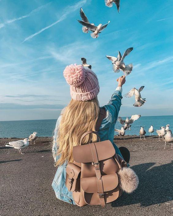 عکس دختر از پشت کنار دریا