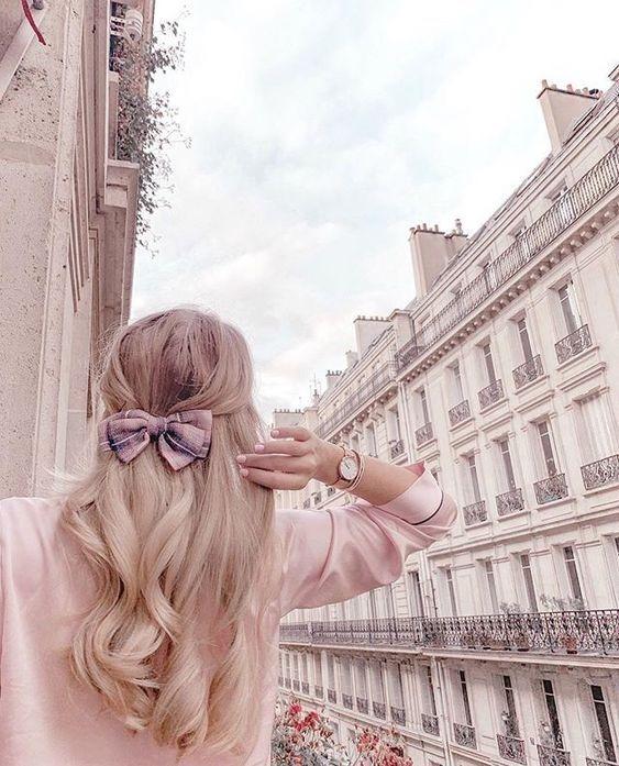 عکس دختر از پشت سر با موهای باز در شهر