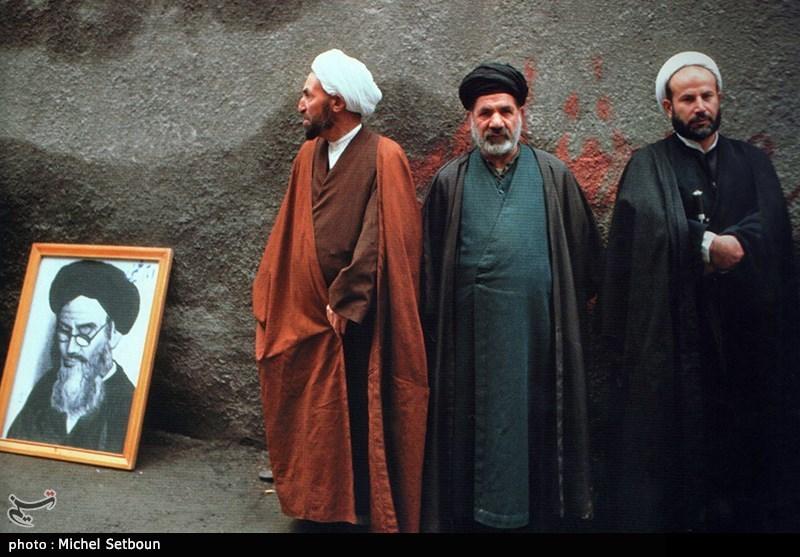 مردم و روحانیون عکس هایی که از سال های قبل از امام داشتند از خانه ها بیرون آوردند و عکس امام همیشه در دستان مردم بود