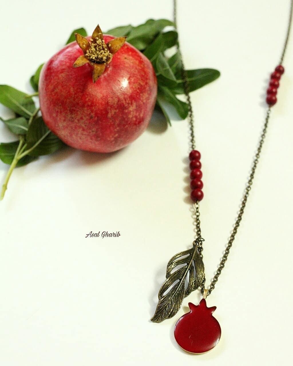 عکس گردنبند انار برای پروفایل شب یلدا