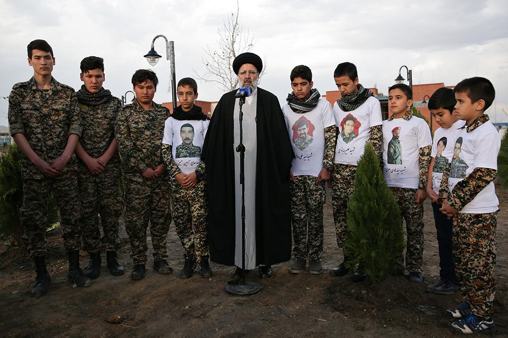 کاشت نهال توسط تولیت آستان قدس رضوی در زائر شهر رضوی همزمان با روز درختکاری
