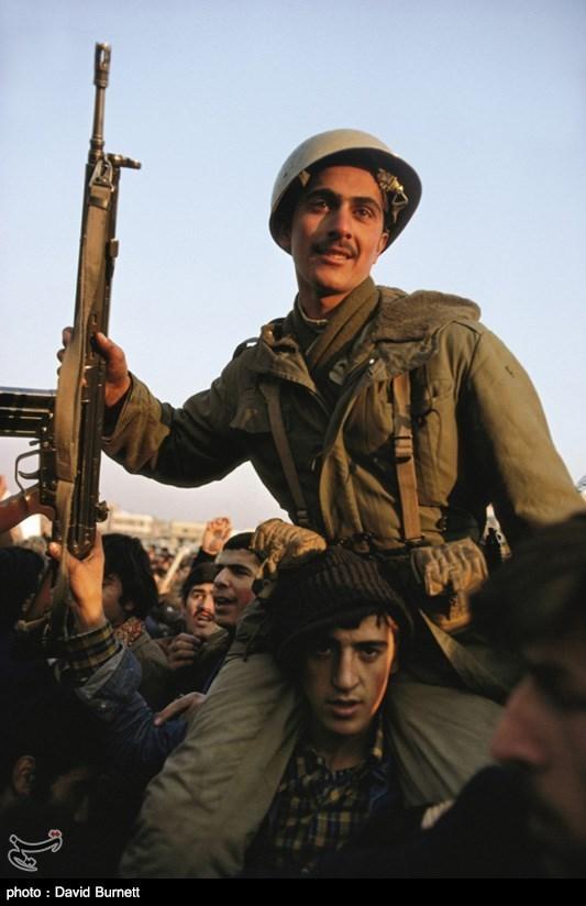 سربازانی که از شلیک به سوی مردم فرار کردند و به مردم پیوستند