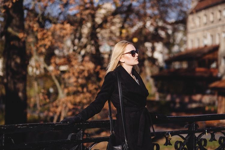 مدل ژست عکس پاییزی دخترانه خاص برای پروفایل