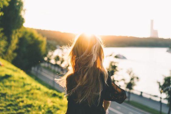 عکس دختر از پشت سر با موی باز کنار دریا