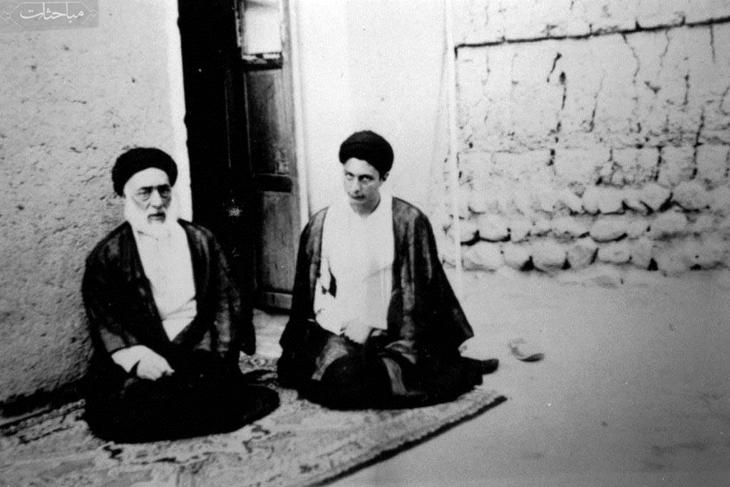 امام موسی صدر در کنار پدرشان آیت الله سید صدرالدین صدر(ره)