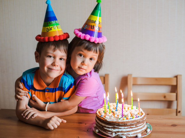 ژست عکس تولد کودک دختر و پسر در منزل