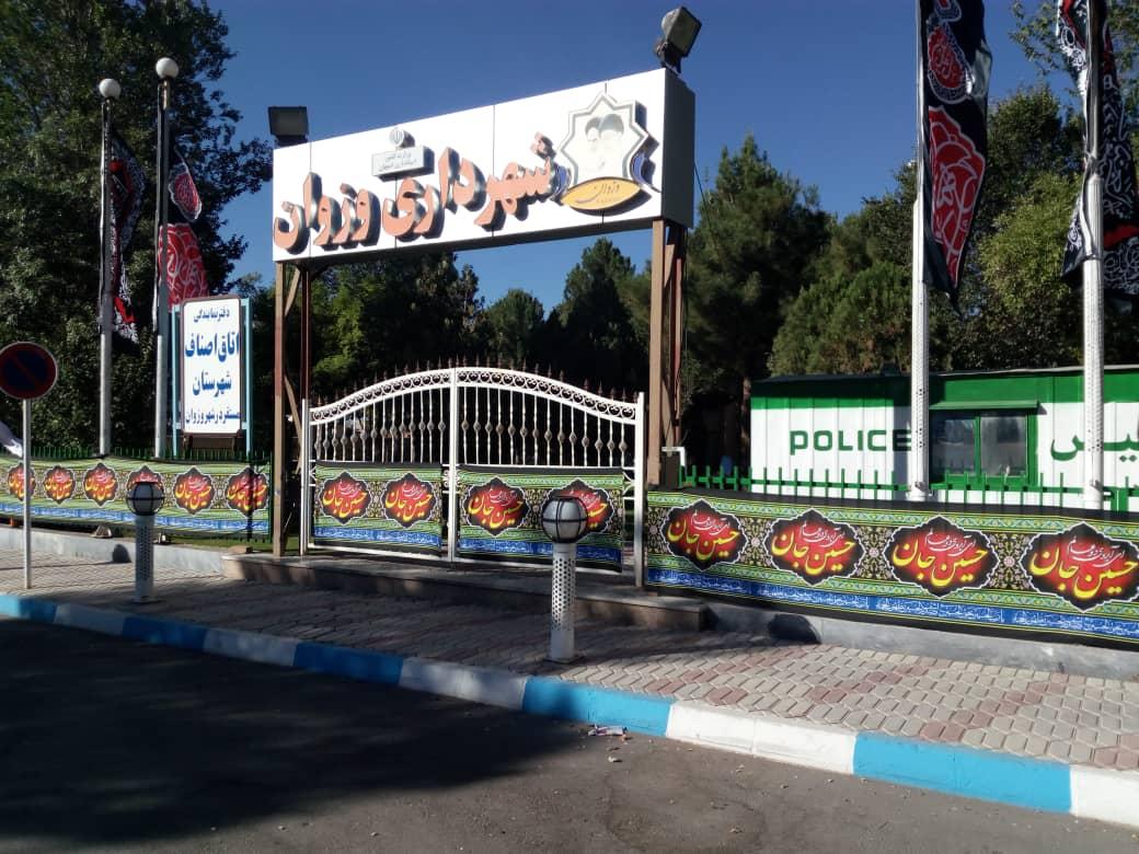 آذین بندی و نصب پرچم در سطح شهر به مناسبت حلول ماه محرم و عزاداری حضرت اباعبدالله الحسین(ع) و ۷۲ تن از یاران باوفایش