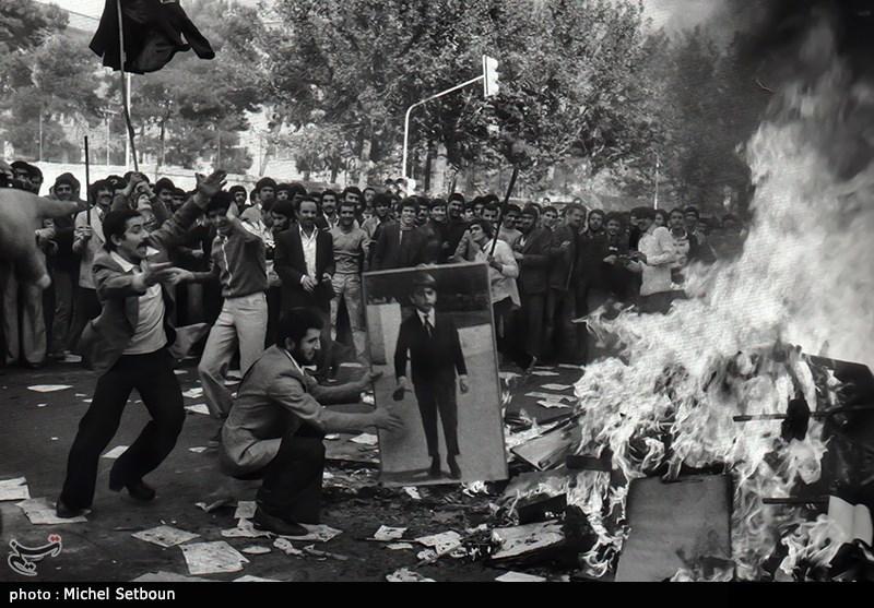 آتش زدن عکس شاهی ها توسط مردم