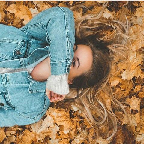 ژست عکس دخترانه با برگ های پاییز برای پروفایل