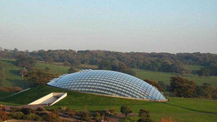 بهترین ساختمان های جهان با معماری شیشه ای :: تی پی بین بلاگاین گنبد شیشه ای بزرگ که بزرگترین در نوع خود در جهان است. ابعاد این ساختمان  312 فوت در طول و 180 فوت در عرض گسترده شده است. سقف این ساختمان شامل ...