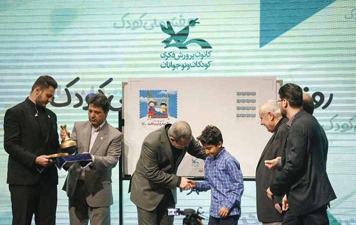 کودکان و نوجوانان برتر در جشنواره رشد از دست وزیر جایزه گرفتند