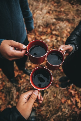عکس فنجان چایی در طبیعت پاییز برای پروفایل