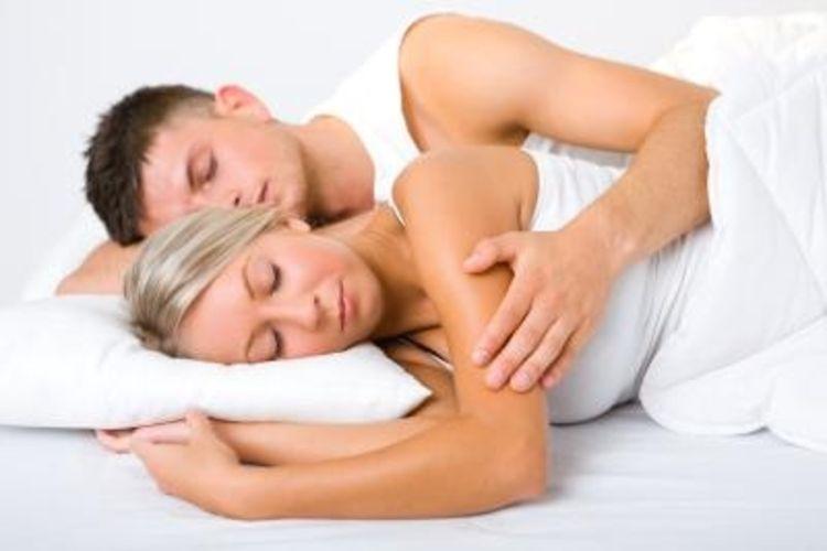 پوزیشن خوابیدن زناشویی تصویری | چگونه دو نفره بخوابیم؟