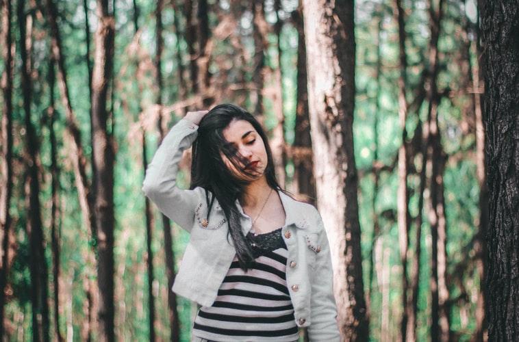 ژست عکس پاییزی دخترانه در جنگل برای پروفایل