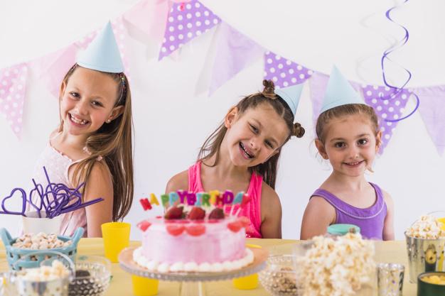ژست عکس کودک دختر در تولد به همراه دوستانش