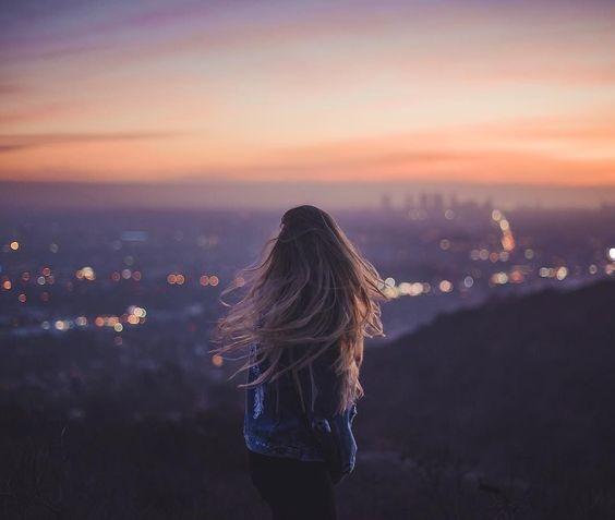 عکس دختر از پشت سر با موهای باز در غروب