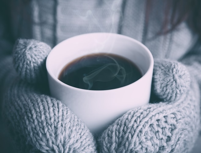 عکس فنجان چایی در روز سرد پاییزی برای پروفایل