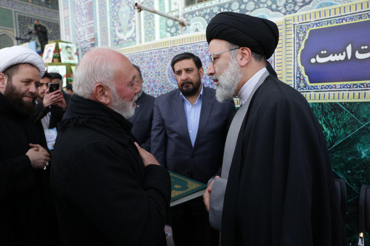از سوی حجت الاسلام رئیسی صورت گرفت؛اهدا قرآن متبرک به پدر اولین شهید لبنانی