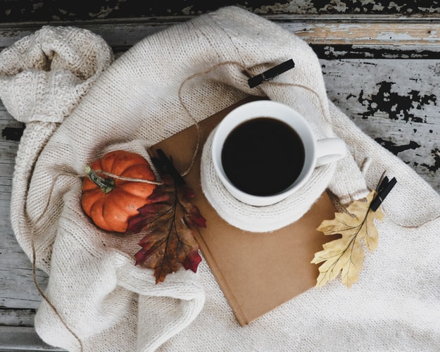 عکس فنجان چایی در پاییز با کیفیت عالی برای استوری