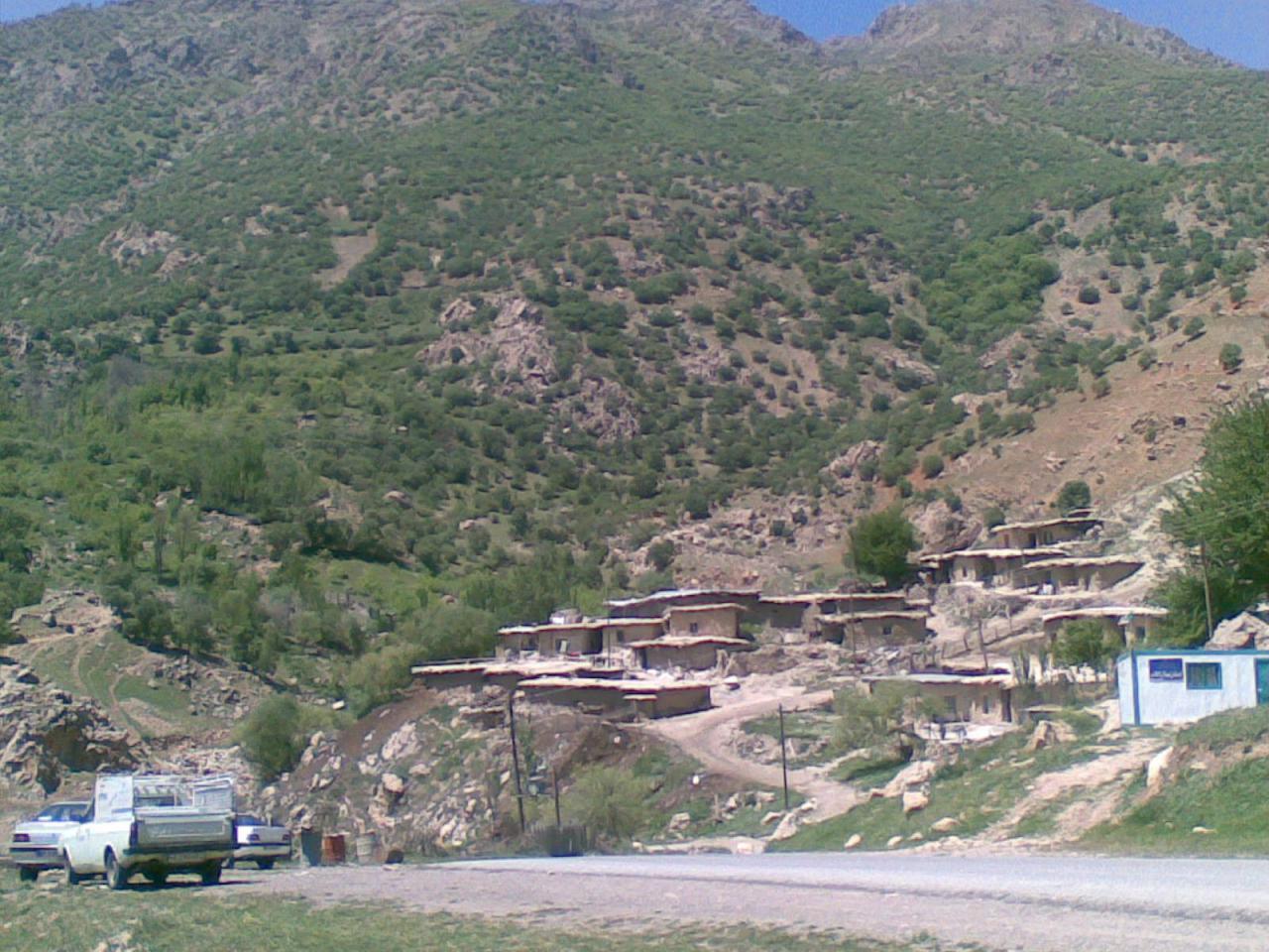 روستای لنج آباد و آب بید در دامنه های پریز و قارون