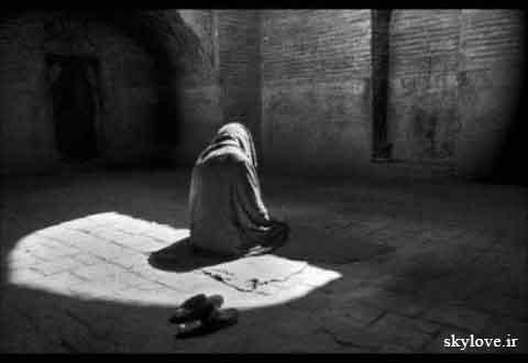 مردی در حال دعا