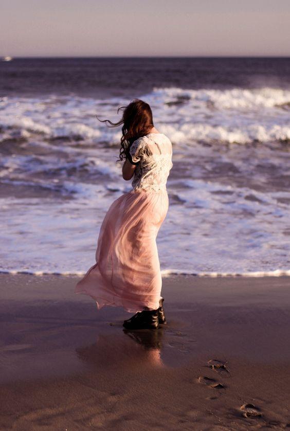 عکس پروفایل دختر از پشت کنار دریا