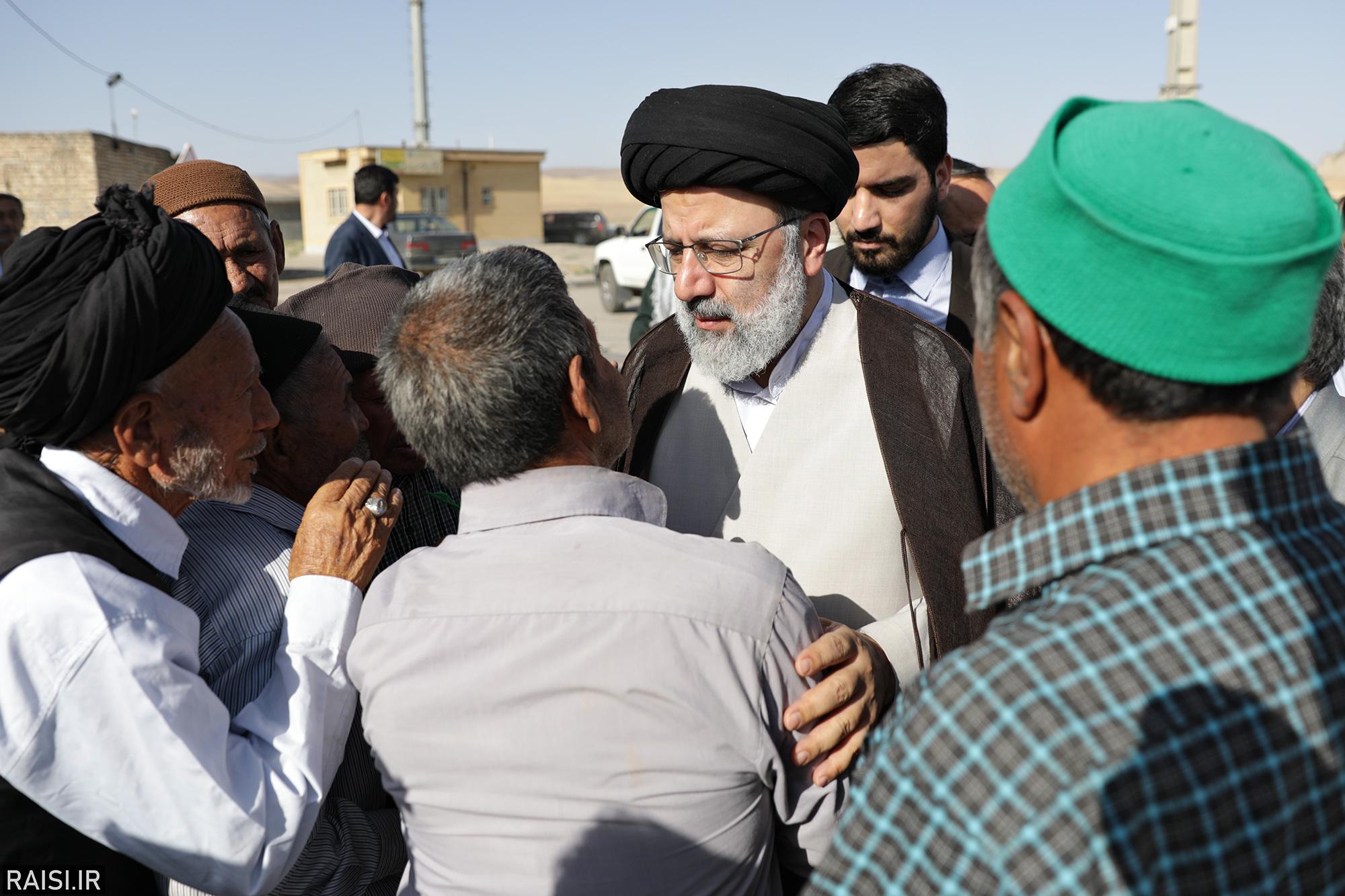 حضور حجت الاسلام رئیسی در بین مردم روستای محروم کلاته منار