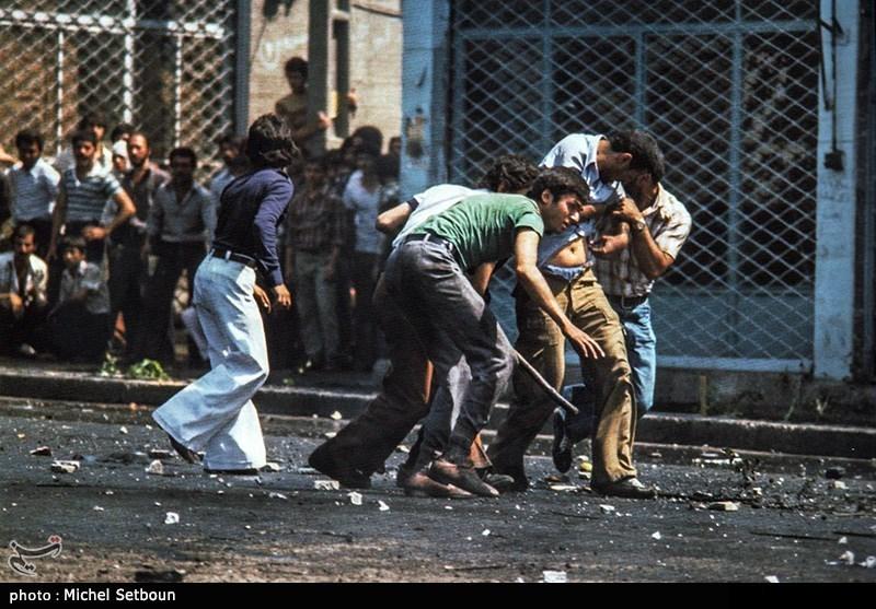 در 13 آبان، سالروز تبعید امام خمینی(ره) به ترکیه، مراسمی در دانشگاه تهران برگزار شد که با دخالت ارتش پهلوی، در برابر دانشگاه تهران عدهای شهید و مجروح شدند. این رخداد باعث سرودن شعارهایی از این قبیل شد: «دانشگاه، دانشگاه/ مزدور به خون کشیده/ دانشجو، دانشجو/ در خون خود غلتیده/ این است شعار ملت/ دانشجو شهادتت مبارک»؛ «کشتار دانشجویان به دست شاه جلاد/ خواسته آنان بُوَد برچیدن استبداد».