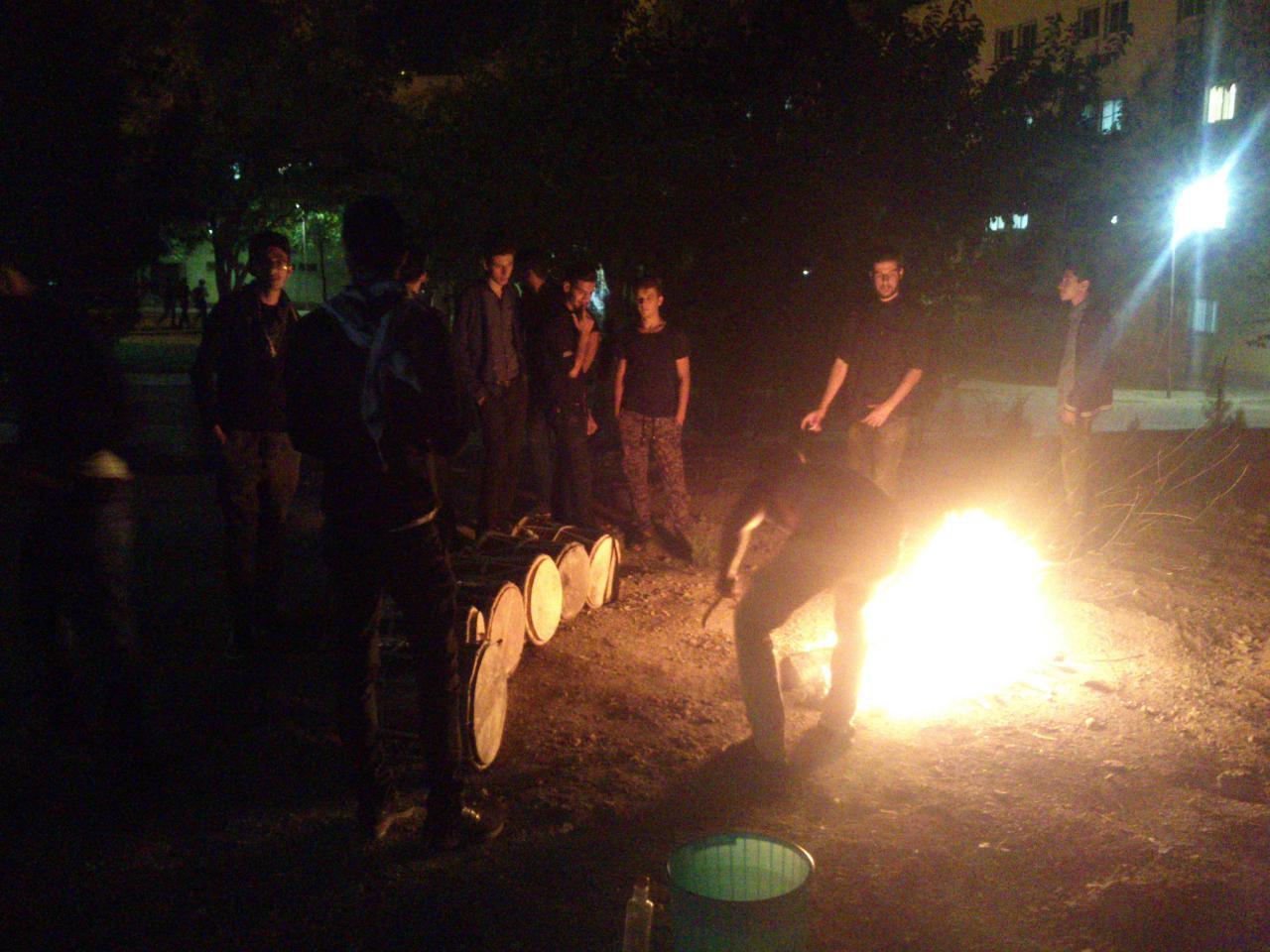 شب چهارم محرم دانشگاه صنعتی اصفهان ، بچه های هیات جنوب دارند دمام ها را گرم می کنند