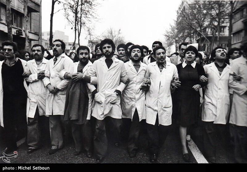 پرستاران و نویسندگان و ... همه مردم به صورت نمادین همراه هم و دست در دست هم در راهپیمایی ها شرکت کردند