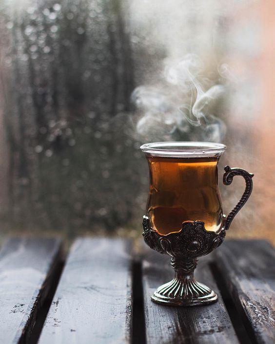عکس فول اچ دی از فنجان چای در طبیعت پاییز برای استوری اینستاگرام