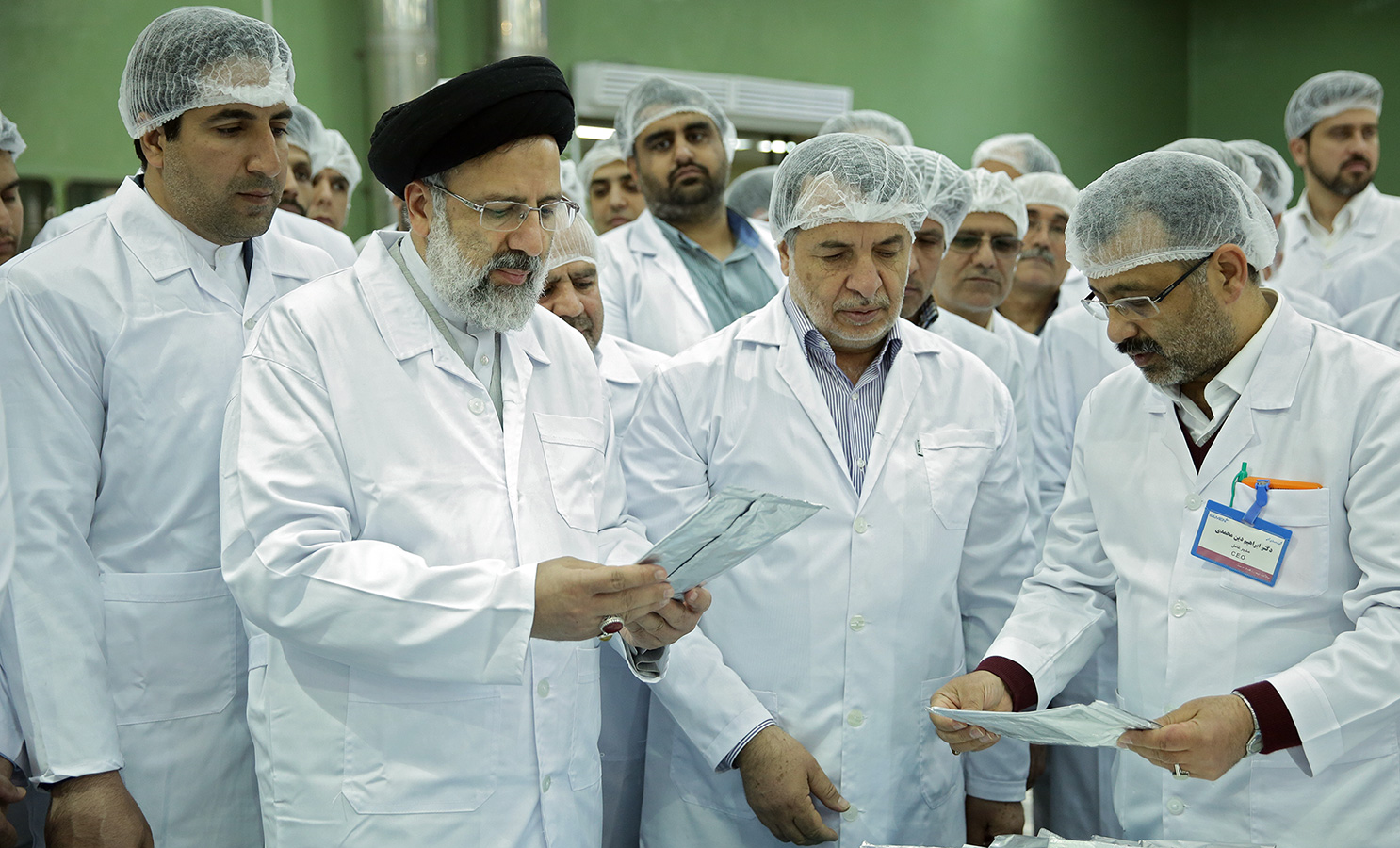 بازدید حجت الاسلام رئیسی از تولید صنعتی محلول تزریقی استامینوفن در مرکز دارویی ثامن