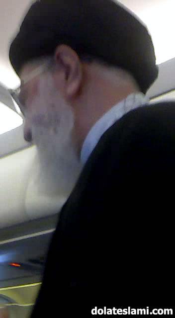 عکس رهبری در هواپیمای عمومی
